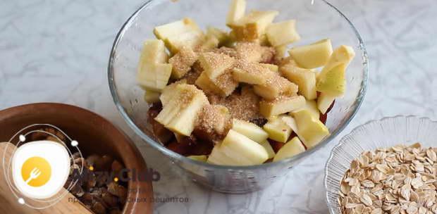 В миску с яблочно-сливовым миксом добавить 2 столовые ложки коричневого сахара