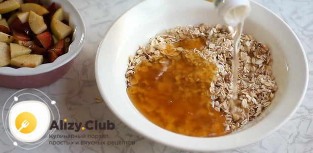 В смесь добавить три столовых ложки кленового сиропа или меда
