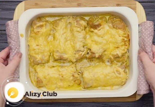 При желании можно также посыпать блины сыром.