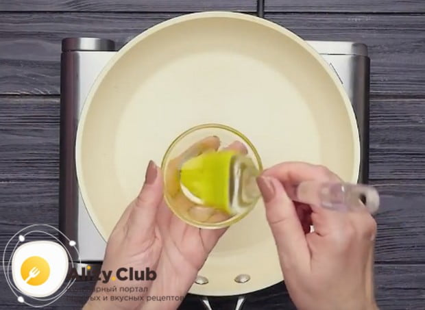 Перед тем как сделать яичный блин, хорошенько разогреваем сковороду и смазываем е растительным маслом.