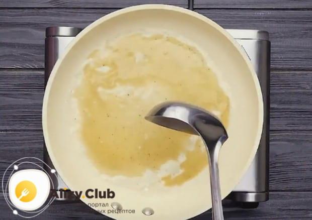 Наливаем тесто половником на сковороду и формируем круглый блин.