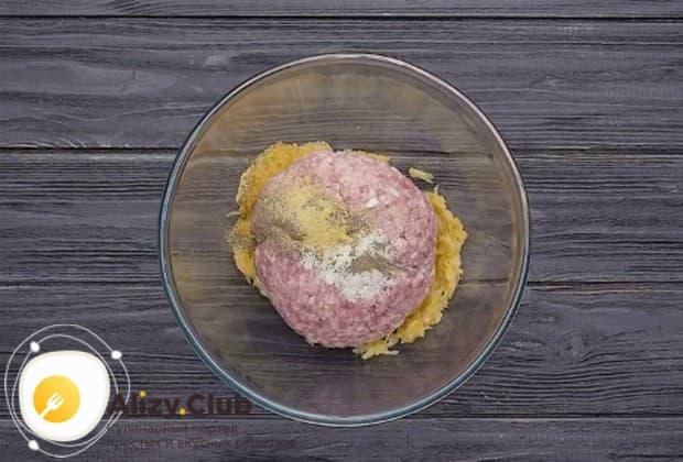 В миску выкладываем натертое на терке яблоко, мясной фарш, соль, перец и гранулированный чеснок.
