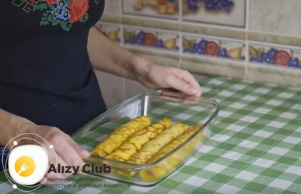 Рулетики складываем форму для запекания и отправляем в духовку.