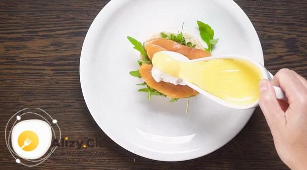 Для приготовления яиц бенедикт подготовьте ингредиенты