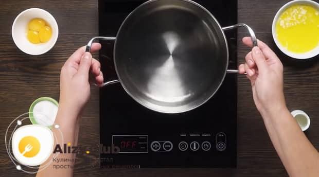 Для приготовления яиц бенедикт подготовьте паровую баню