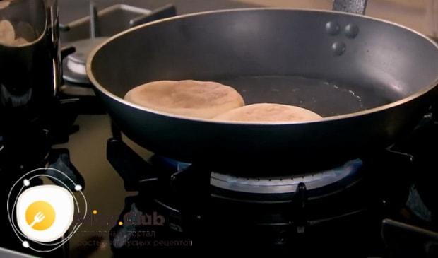 Для приготовления яиц бенедикт обжарьте хлебцы