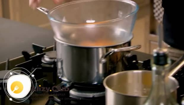 По рецепту для приготовления соуса бенедикт. подготовьте паровую баню