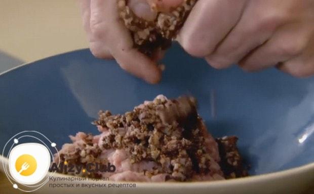 Крошим в миску с фаршем кровяную колбасу.