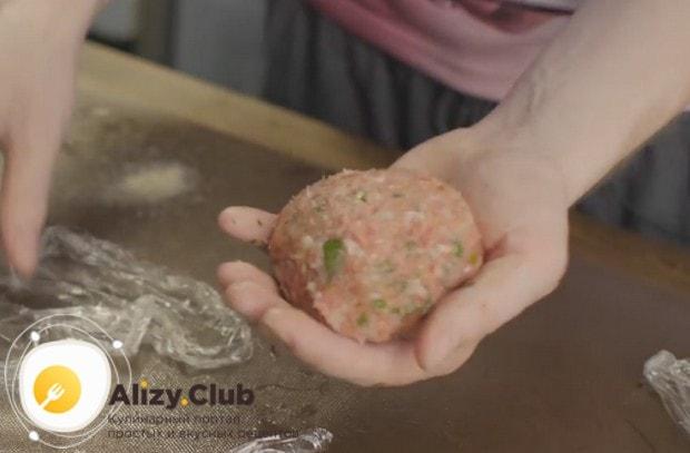мы должны сформировать красивый мясной шарик.