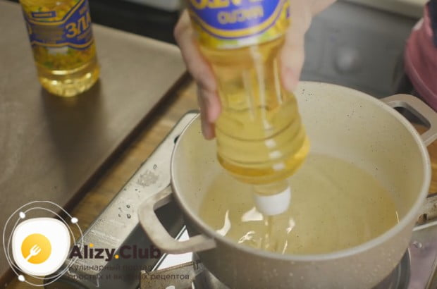 разогреваем в глубокой кастрюльке растительное масло.