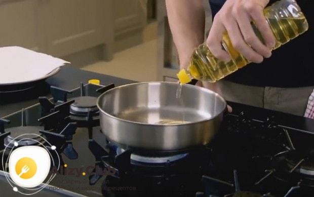 Хорошенько разогреваем сковороду и наливаем в нее растительное масло.