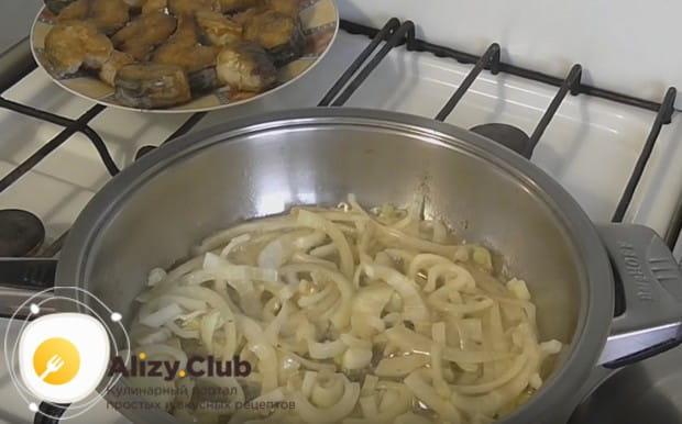 Переложив готовую скумбрию на тарелку, до золотистости обжариваем в оставшемся масле лук.