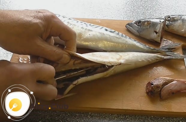 Вспарываем рыбе брюшко, избавляемся от внутренностей и ножом соскабливаем черную пленочку.