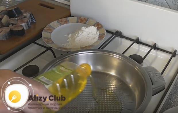 Нагреваем сковороду и наливаем на нее растительное масло.