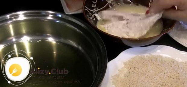 По рецепту для приготовления филе тилапии на сковороде, приготовьте панировку