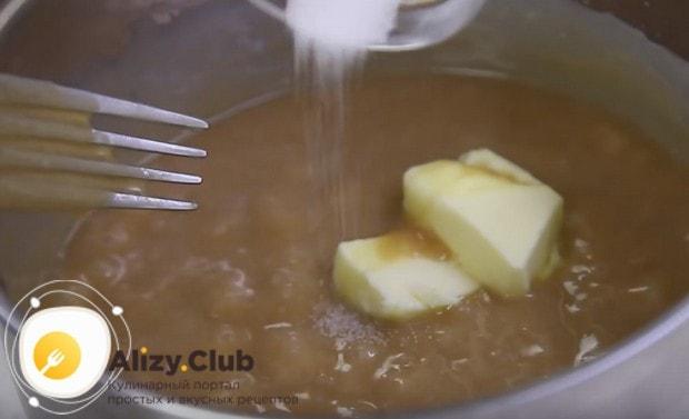 Затем добавляем в карамель щепотку соли и сливочное масло.