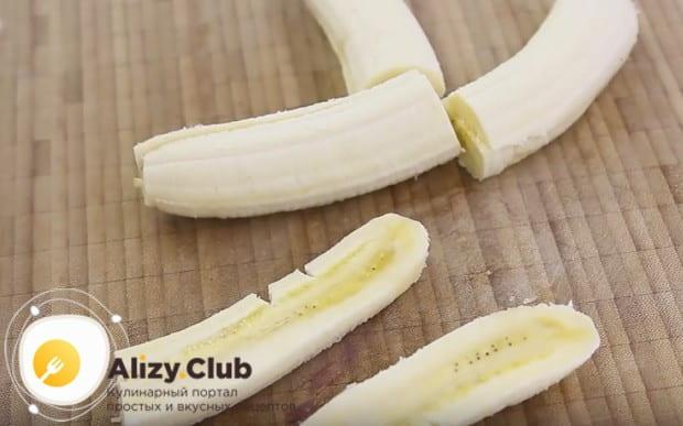 Бананы чистим, разрезаем пополам, а затем каждую половинку разделяем вдоль на две части.