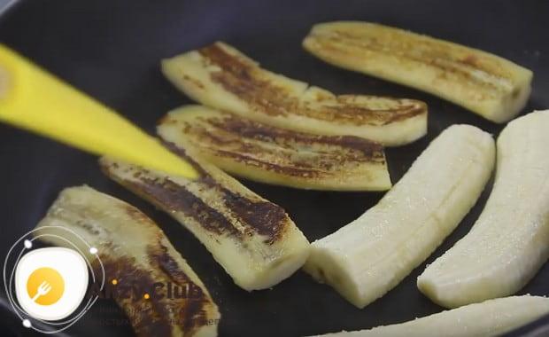 Вот до такой румяности обжариваем бананы на сковороде.