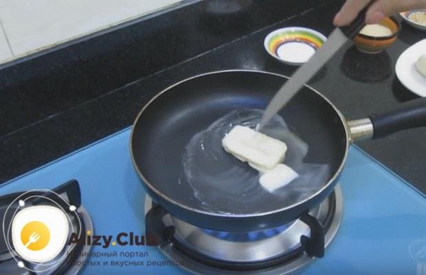 На сковороду кладем сливочное масло.