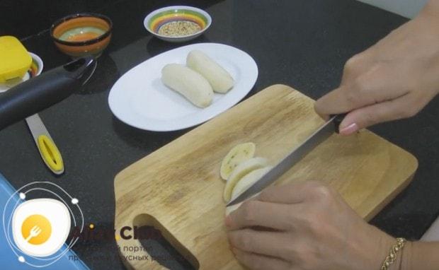 Бананы чистим и нарезаем кружочками.