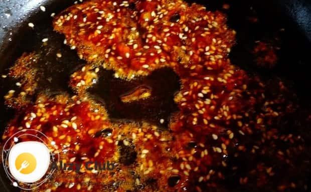 Готовим карамель и добавляем в нее семена кунжута.