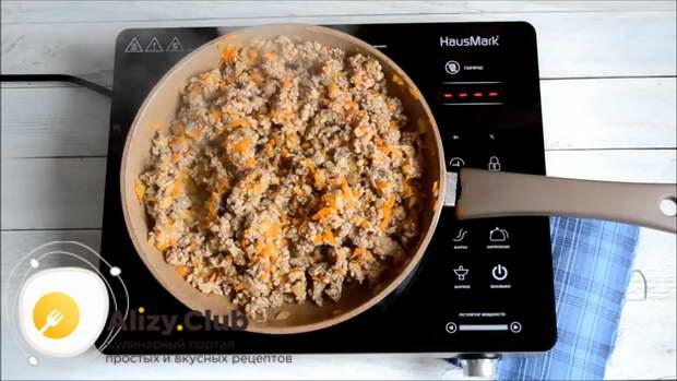 Обжаривайте овощи 1-2 минуты, затем добавьте весь фарш
