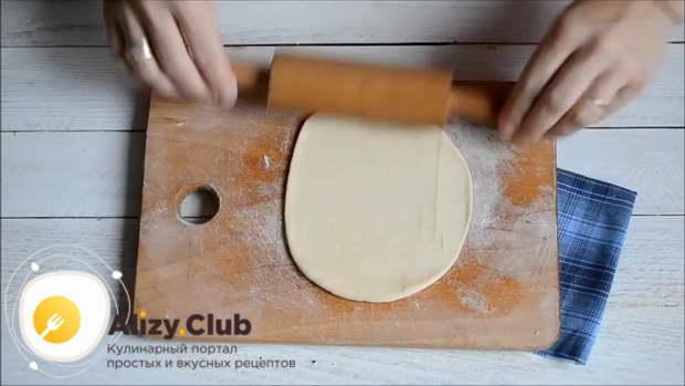 Раскатайте каждый кусочек скалкой в тонкую лепешку