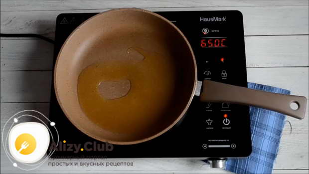Влейте в сковороду 2 ст. л. растительного масла