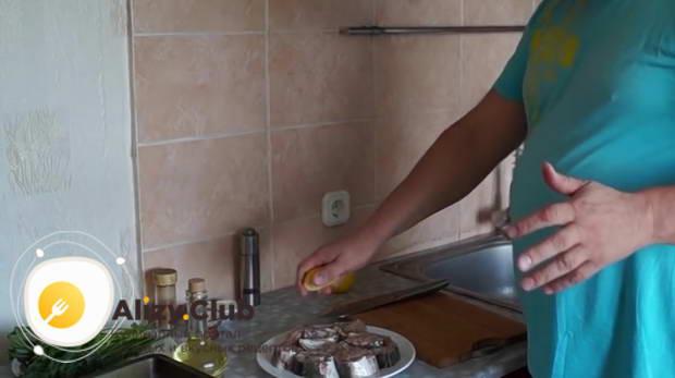 За пару минут до жарки сбрызгиваем осетрину соком, выжатым из половины лимона