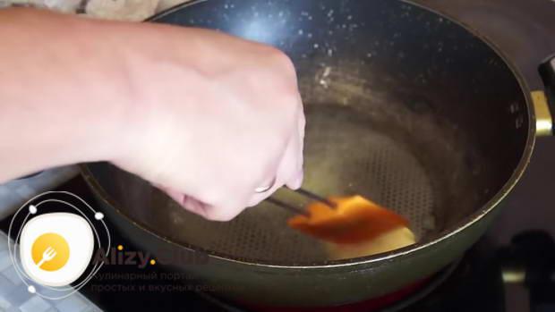 Наливаем на дно растительное масло и растапливаем в нем 30-40 г сливочного