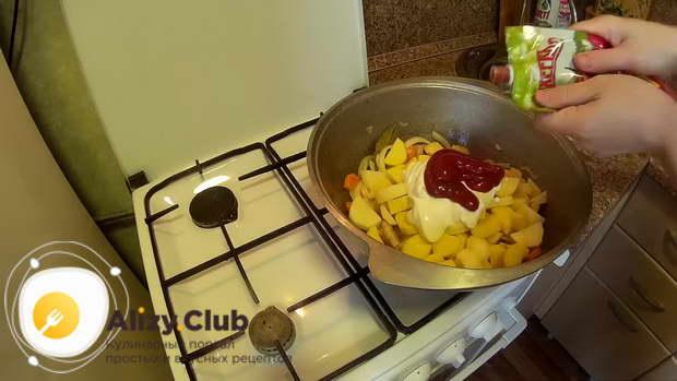 добавляем в казан нарезанный картофель