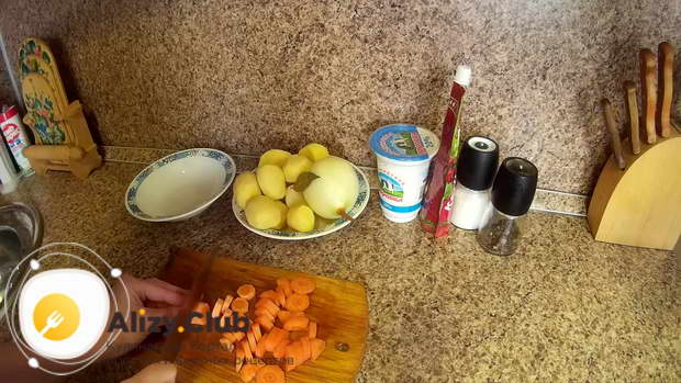Чистим и промываем 2 морковки