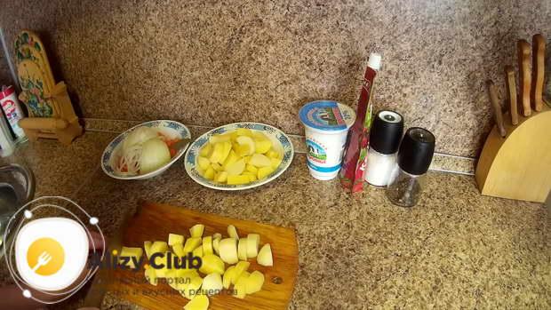 Нарезаем крупными кусочками 6-10 штук очищенного и промытого картофеля