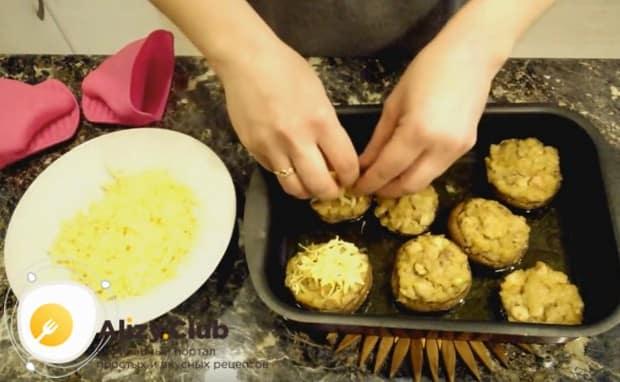 Под конец приготовления посыпаем грибы тертым сыром и даем ему подрумяниться.