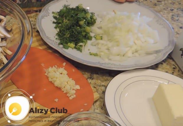 Измельчаем свежую зелень, чеснок и лук.