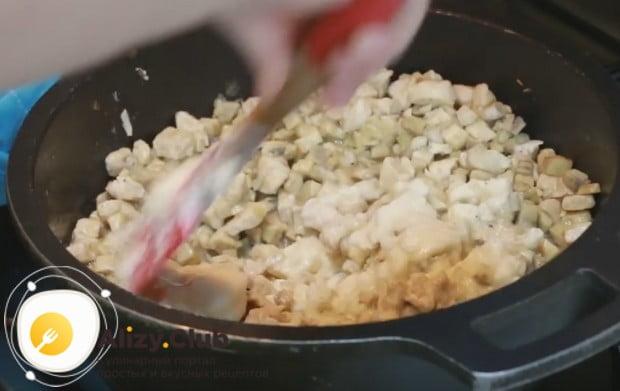 Добавляем на сковороду соус бешамель.