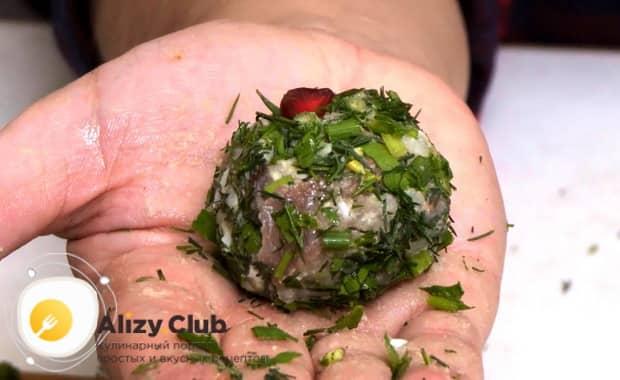 Для приготовления закуски из рубленой селедки обваляйте изделие в зелени