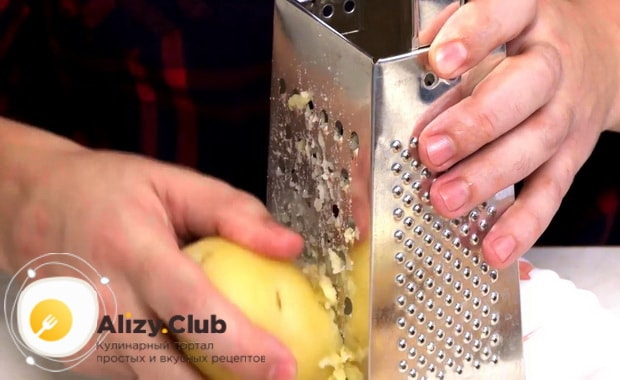Для приготовления закуски из рубленой селедки натрите картофель