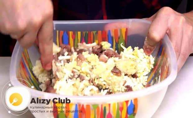Для приготовления закуски из рубленой селедки перемешайте ингредиенты