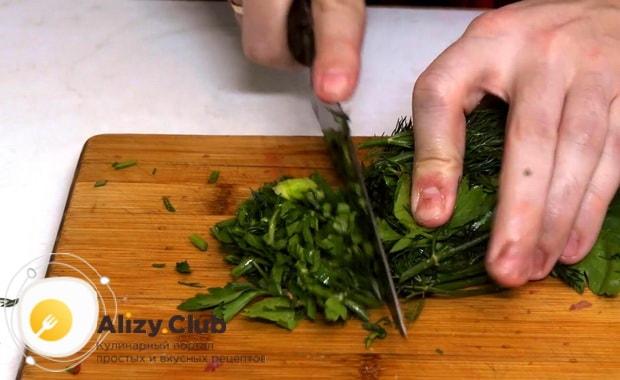 Для приготовления закуски из рубленой селедки нарежьте зелень