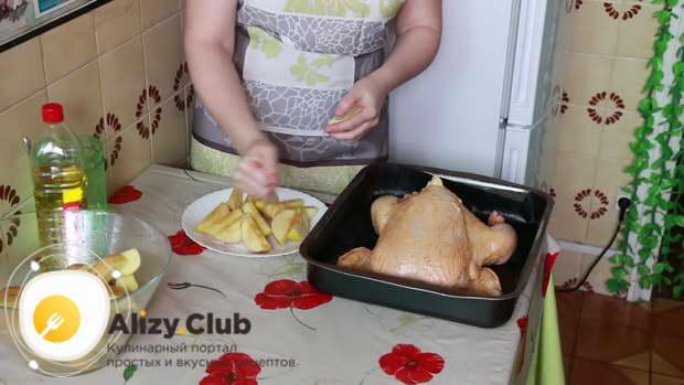 Нафаршируйте тушку дольками яблок и лимона, чередуя фрукты
