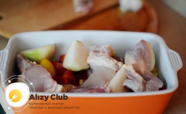 Для приготовления курицы с овощами в духовке смешайте ингредиенты