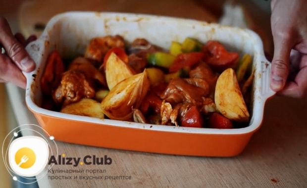 Для приготовления курицы с овощами в духовке добавьте специи