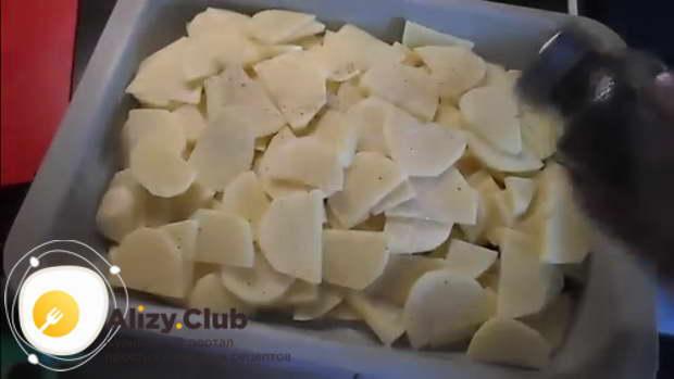 Картофель посыпьте солью и перцем по вкусу
