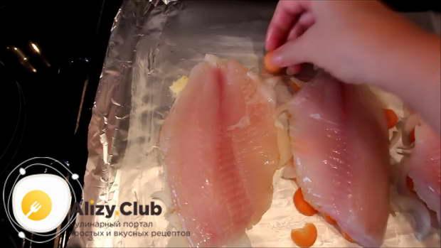 Спрячьте все овощи под рыбой
