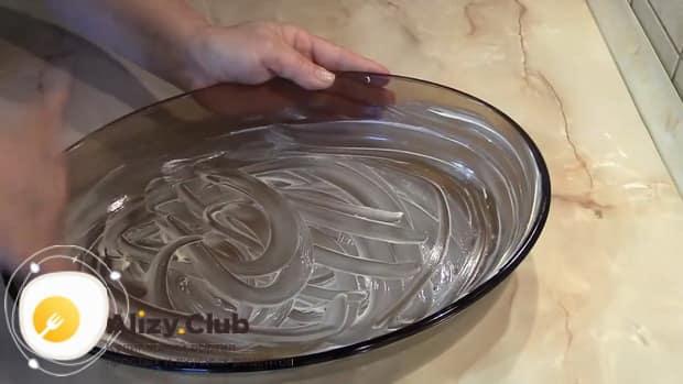 Смажьте форму для приготовления блинов с творогом запеченных в духовке