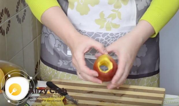 вырезаем в яблоках сердцевину