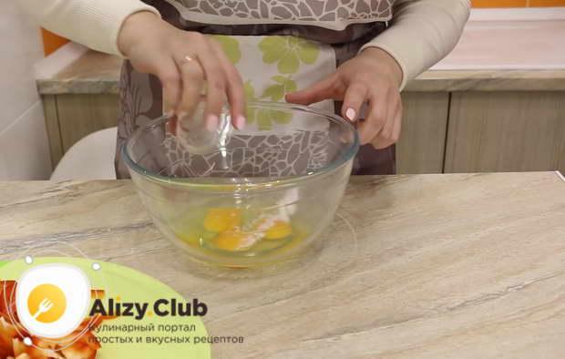 Перемешиваем яйца с брокколи венчиком