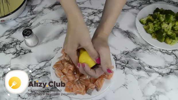 Порезанную сёмгу присаливаем по вкусу и поливаем 35-40 г лимонного сока
