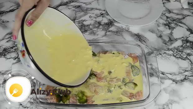 Заливаем запеканку с брокколи находящиеся в форме, сливочно-яичным соусом